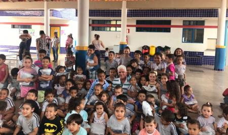 Distribuição de uniformes escolares virou festa para alunos da rede municipal de ensino de Papagaios