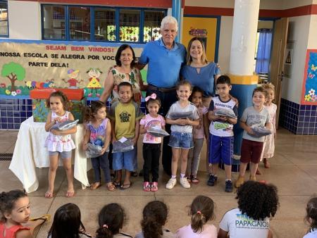 Alunos da rede municipal de ensino de Papagaios recebem novos uniformes